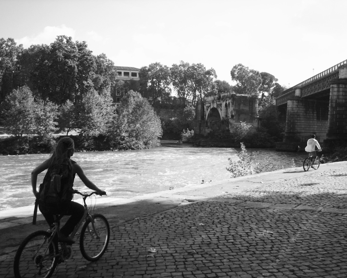 Biking along the Tiber riverfront
